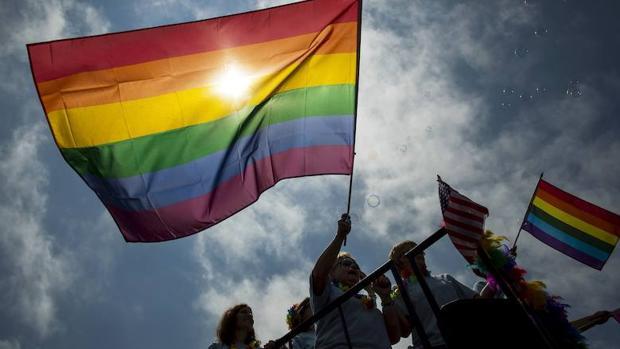 Comunidad LGBT apoya adopción de menores.