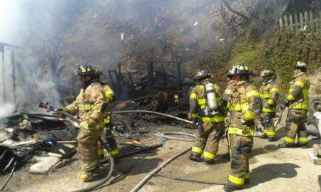 Bomberos de Tijuana combaten incendios entre carencias