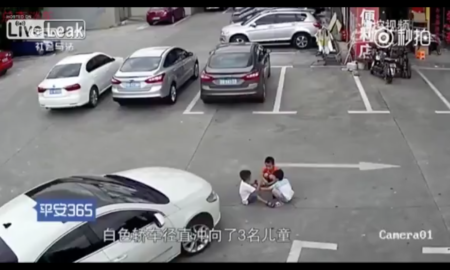 arrolla a tres niños