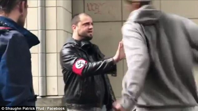 Impresionante piña de un afroamericano a un fanático nazi