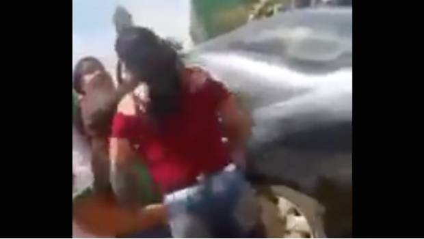 madre golpea a estudiante