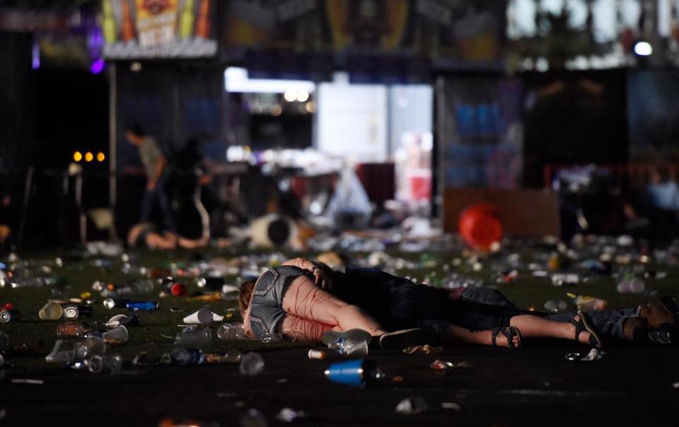 Chica en el suelo con la pierna ensangrentada en el tiroteo de Las Vegas