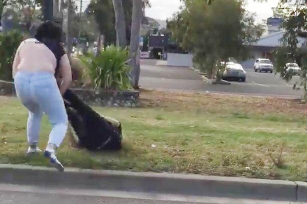 Dos mujeres se arrancan las ropas en extraña pelea callejera