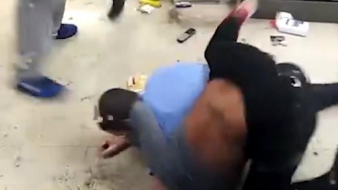 mujer se agarra a golpes con policía