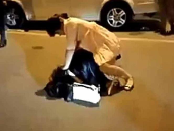 Mujer golpea y desviste a la amante de su esposo (VIDEO VIRAL)