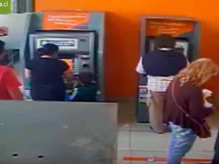Niño ¡de 4 años! robó a cliente de cajero automático