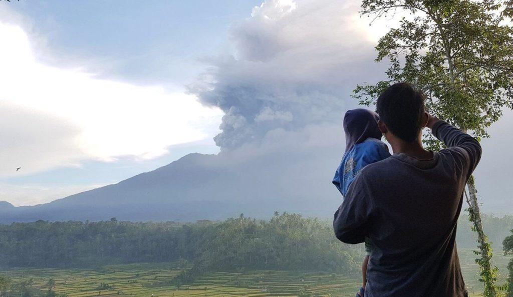 Balí en máxima alerta por la erupción de un volcán