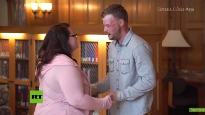 Su marido se suicidó y ella se encuentra con el hombre desfigurado al que donó el rostro en EU