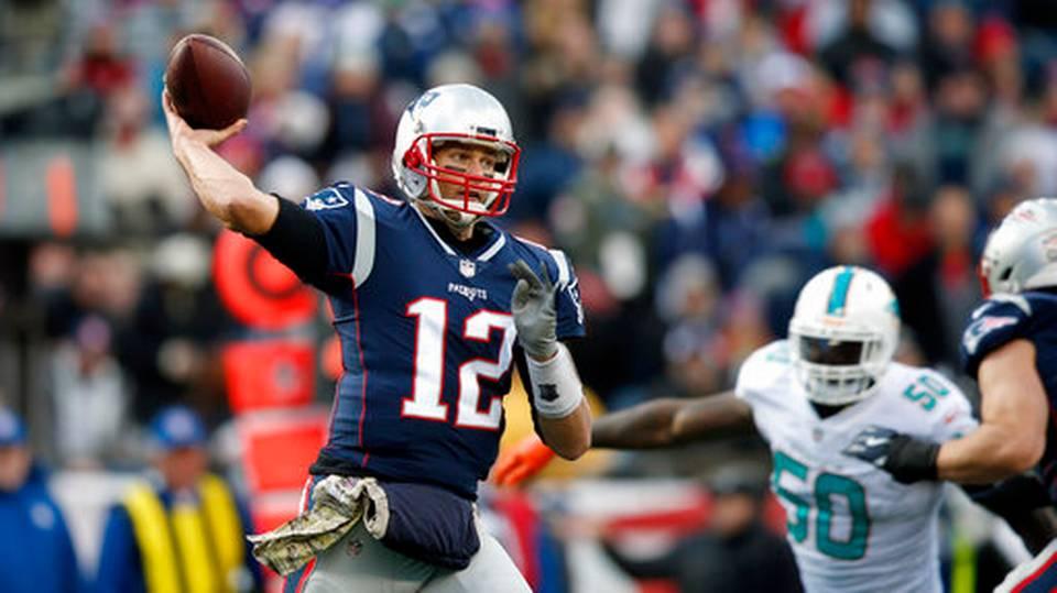 Brady manda cuatro pases de anotación y los Patriots siguen ganando