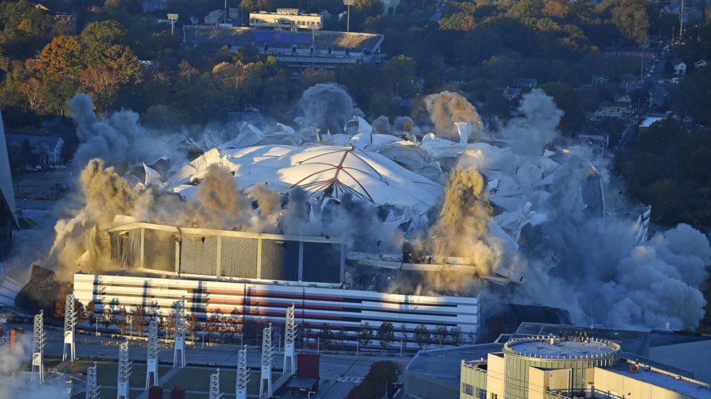 La impresionante demolición de un estadio cubierto en Atlanta
