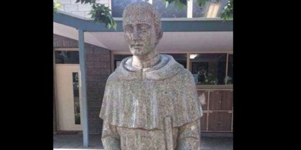 La estatua que cubrieron por considerarla
