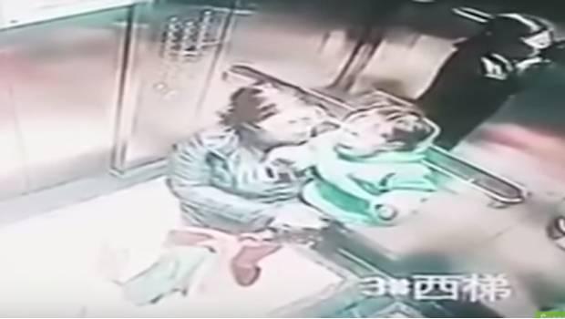 Niñera calló a puñetazos a bebé a bordo de un ascensor