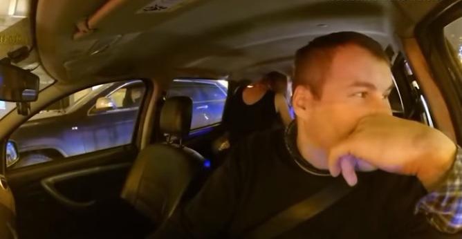 Taxista corre a pasajeros por tener sexo durante el viaje