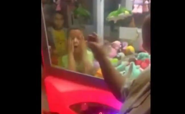 Facebook: niño queda atrapado en máquina de peluches