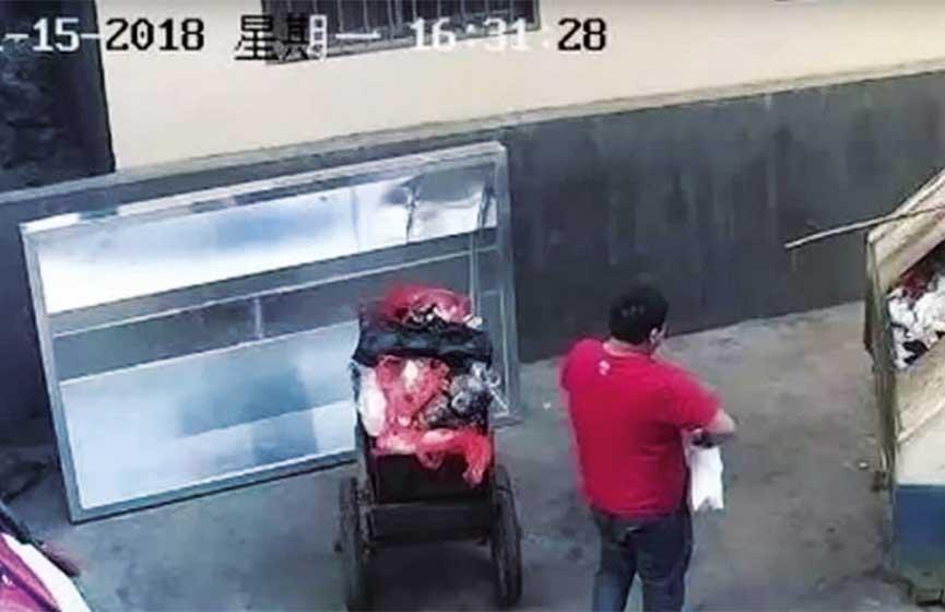 Un hombre fue filmado cuando arrojaba su bebé a un contenedor