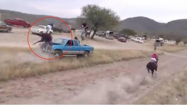 Caballo se estrella en un vehículo durante una carrera en México
