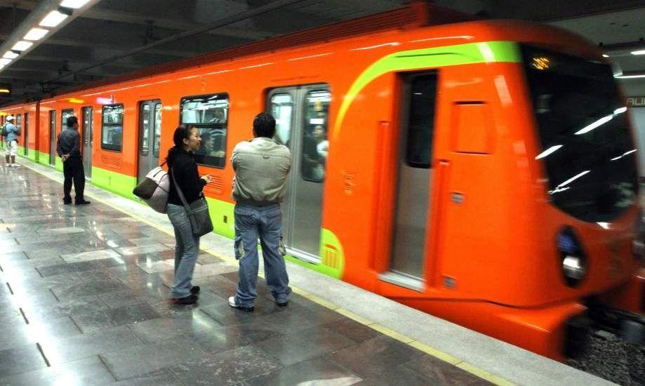 Golpea Metro a hombre al asomar la cabeza para ver si venía