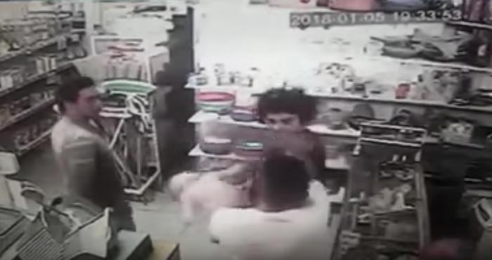 Un hombre golpeó a un bebé en medio de una pelea