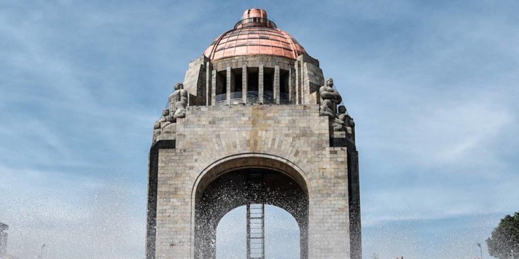 Hombre pierde la vida tras caer del Monumento a la Revolución