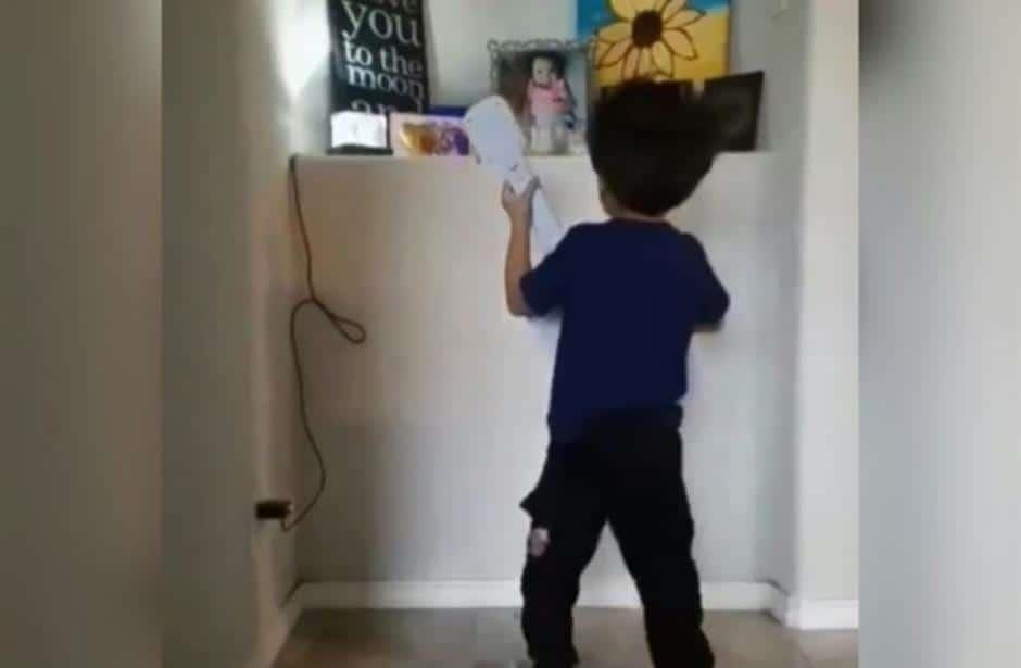 Niño le canta la canción de Coco a su hermana fallecida