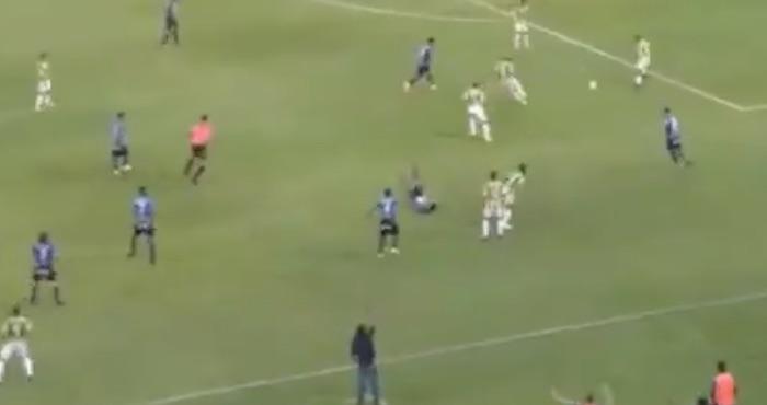 Futbolista sufrió una fractura de cráneo por un codazo — Dramático video