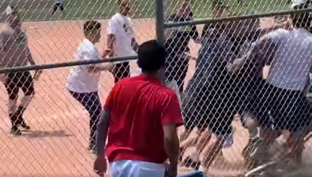 pelea, riña, eeuu, baseball, padres de familia, video, viral