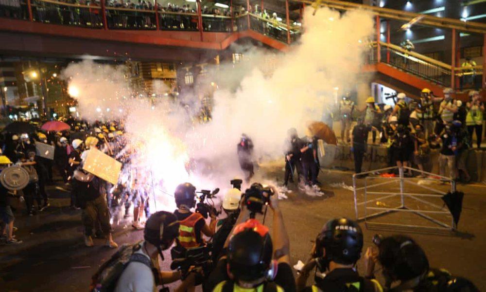 Resultado de imagen para Policías antidisturbios enfrentan a manifestantes en Hong Kong
