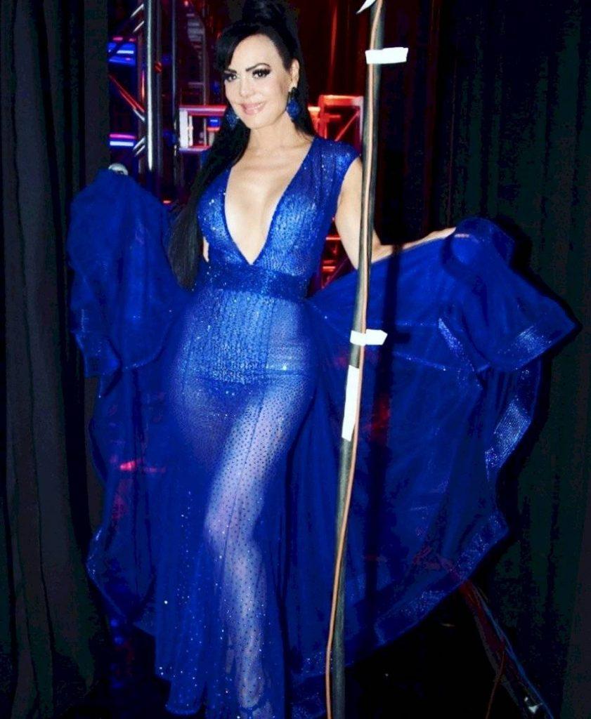 """La verdad es que a sus 60 años Maribel Guardia tiene un cuerpo espectacular y diariamente comparte su belleza a través de las redes sociales.  Recientemente, la actriz y cantante publicó una fotografía en la que no deja nada a la imaginación, luciendo un vestido fabuloso.  El vestido largo color azul rey resaltó las curvas de la costarricense, y fue creado por el famoso diseñador de moda, Mitzy.  Algunos de los comentarios que la foto recibió fueron: ¿Y no te dolió cuando te caíste del cielo?"""", """"Mujer hermosa en todos los sentidos"""", """"Dios bendiga la tuerca del tornillo del rin de la llanta del carro que manejaba el doctor que manejo para ayudar en tu nacimiento""""."""