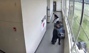 video, viral, abrazo, tiroteo, profesor, EEUU, Oregon, escuela
