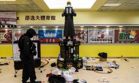 policías entran a universidad en HK