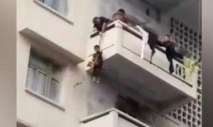 abuela nieto gato balcón quinto piso viral