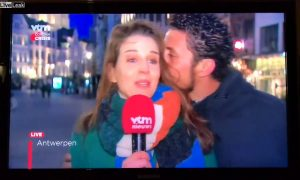 hombre, besa, reportera, arrestan, Bélgica, video, viral