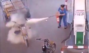 Mujer, gasolinera, motocicleta, gasolinera, incendio, extinguidor, valiente, video, viral