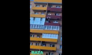 Mujer, oficiales, Rusia, edificio, caída, suicidio, video, viral