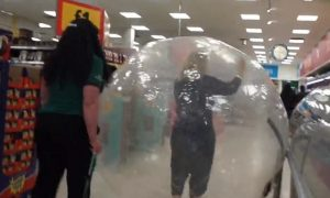 Mujer, tienda, supermercado, bola zorb, Estados Unidos, video, viral, coronavirus, gérmenes