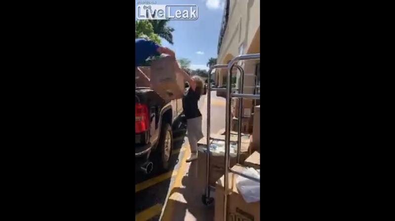 pareja, papel, tienda, camioneta, video, viral