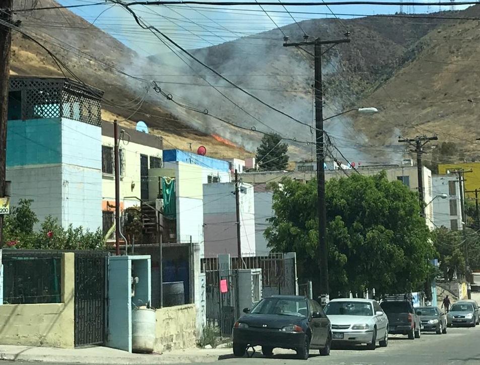 faldas de un cerro, casas, incendio pastizal