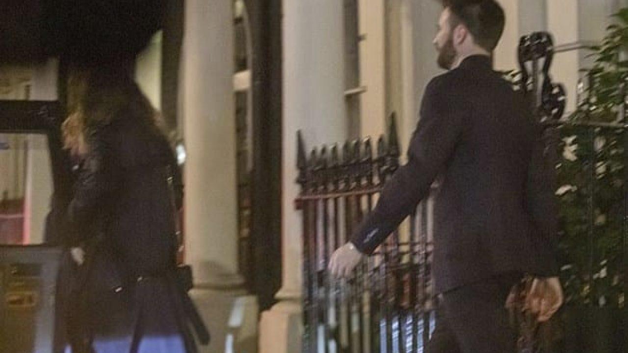Captan juntos a Lily James y Chris Evans en Londres