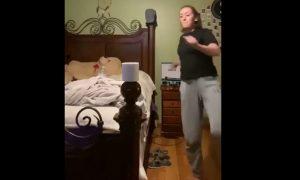 Mujer, patada, rollo de papel, cama, cuarto, artes marciales, video, viral
