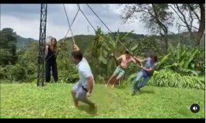 Personas, vueltas, aire, mujer, volando, cae, selva, palma, video, viral