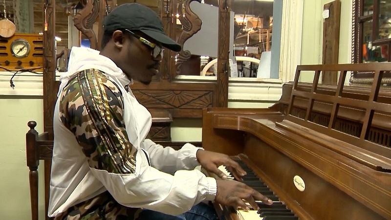 John Capron, piano, joven, viral, redes sociales, regalan