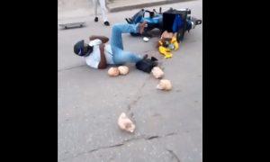Joven, hombre, patineta, moto, pollos, accidente, video, viral