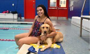 Anastasia Pagonis, atleta, nadadora, paralímpica, perro, guía