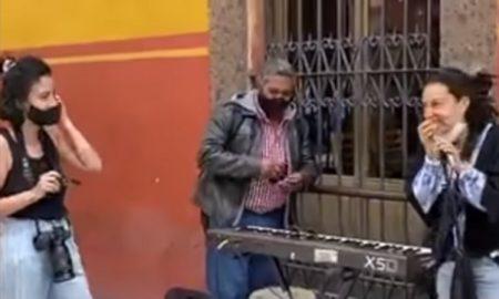 Flor Amargo, cantante, San Miguel de Allende, cantando, vía pública, calle, funcionario, corre, calla, covid-19, coronavirus