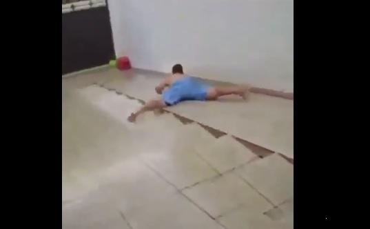 Hombre, desliza, patio, agua, video viral
