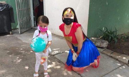 profesora, mujer maravilla, disfraz, preescolar, clases a distancia, pandemia, covid-19