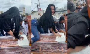 Mujer, baila, ataúd, funeral, video viral
