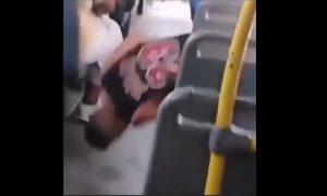 Hombre, dormido, camión, asiento, transporte público, video viral