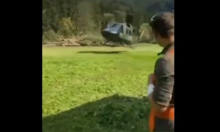 Hombre, paramédico, helicóptero, observa, atterizaje, azota, golpe, cara, video viral