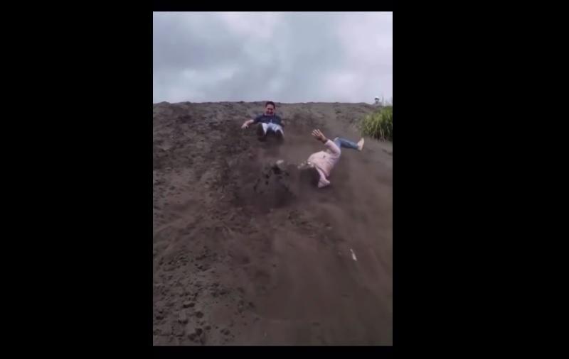 Pareja, caída, barranco, tierra, video viral
